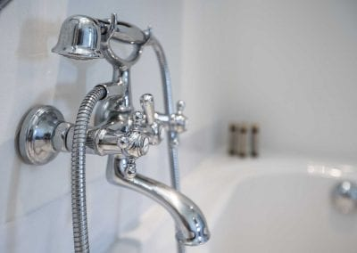 Hotelkamer n° 1 met met luxe badkamer met bad en regendouche